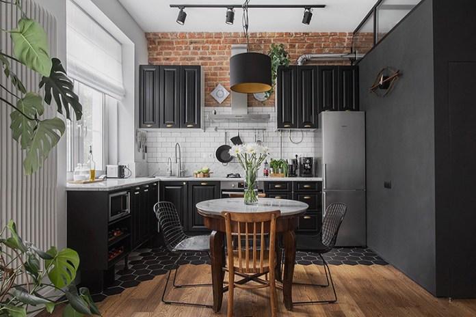 Apartamento urbano/industrial. Cozinha com armários preto e parede de tijolinhos