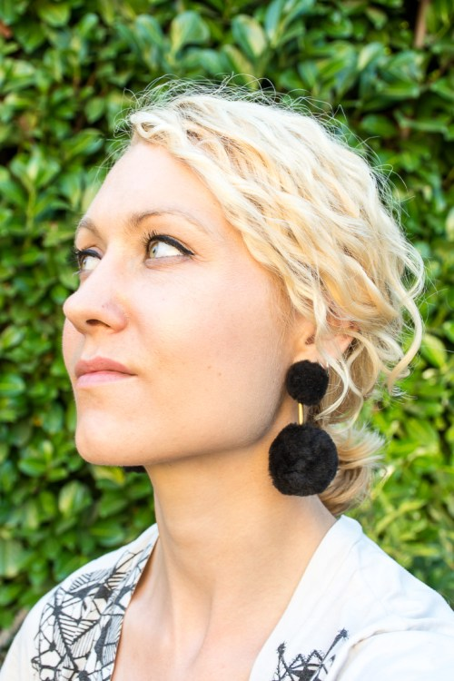 Make your own DIY pompom earrings #DIY #GiftIdea #DIYJewelry #statementearrings