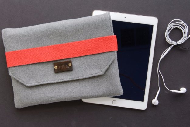 DIY Sewing Gift Ideas for Adults and Kids, Teens, Women, Men and Baby - Wool iPad case - Cute and Easy DIY Sewing Projects Make Awesome Presents for Mom, Dad, Husband, Boyfriend, Children http://diyjoy.com/diy-sewing-gift-ideas
