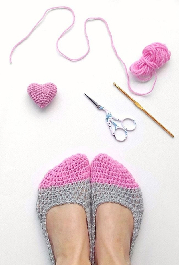 35 Easy Crochet Patterns - Crochet Slippers - Crochet Patterns For Beginners, Quick And Easy Crochet Patterns, Crochet Ideas To Try, Crochet Ideas To Make And Sell, Easy Crochet Ideas http://diyjoy.com/easy-crochet-patterns