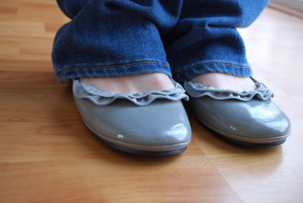 Creative DIY Projects With Zippers - Zipper Ruffle Ballet Flats - Easy Crafts and Fashion Ideas With A Zipper - Jewelry, Home Decor, School Supplies and DIY Gift Ideas - Quick DIYs for Fun Weekend Projects http://diyjoy.com/diy-projects-zippers