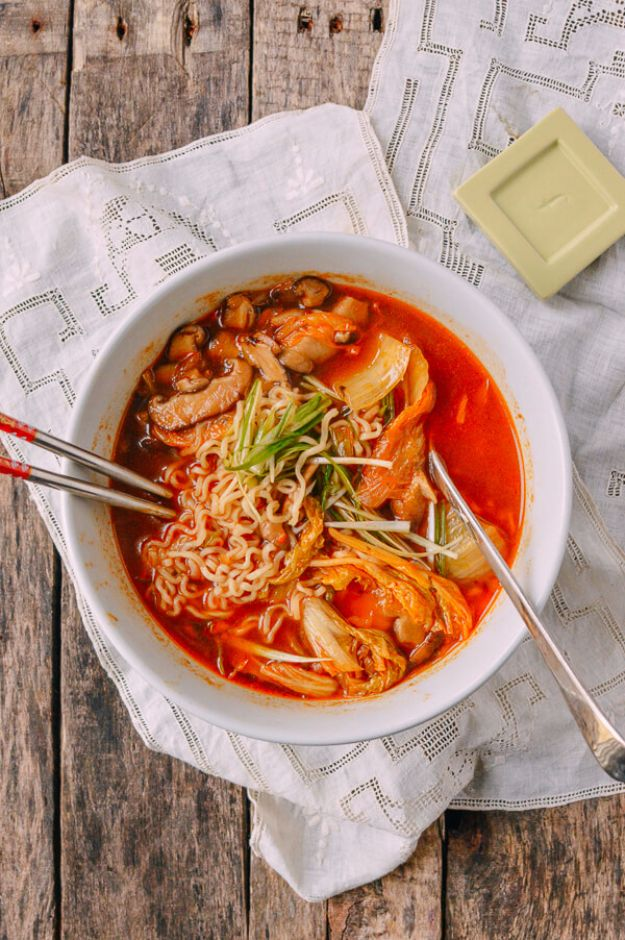 Easy Dinner Ideas for One - Quick And Easy Kimchi Ramen - Quick, Fast and Simple Recipes to Make for a Single Person - Freeze and Make Ahead Dinner Recipe Tips for Best Weeknight Dinners for Singles - Chicken, Fish, Vegetable, No Bake and Vegetarian Options - Crockpot, Microwave, Healthy, Lowfat Options http://diyjoy.com/easy-dinners-for-one