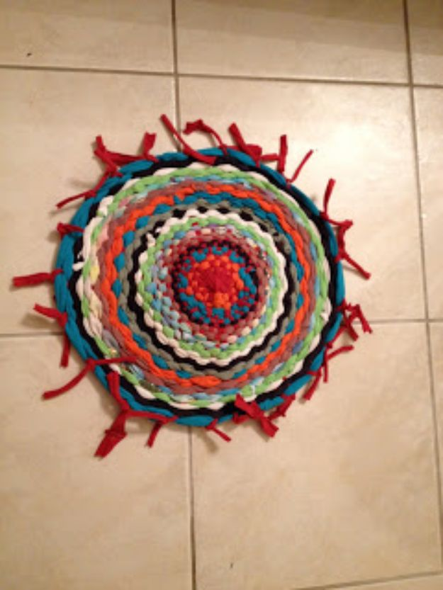DIY Rugs - Easy Hula Hoop T-Shirt Rug - Ideas for An Easy Handmade Rug for Living Room, Bedroom, Kitchen Mat and Cheap Area Rugs You Can Make - Stencil Art Tutorial, Painting Tips, Fabric, Yarn, Old Denim Jeans, Rope, Tshirt, Pom Pom, Fur, Crochet, Woven and Outdoor Projects - Large and Small Carpet http://diyjoy.com/diy-rug-tutorials