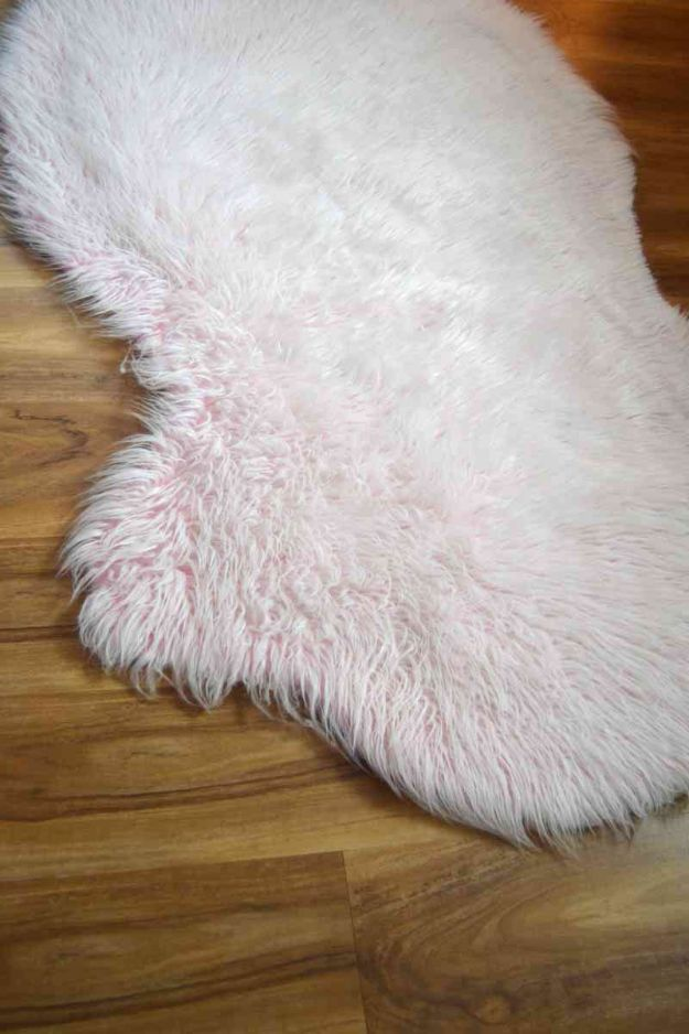 DIY Rugs - Faux Fur Rug - Ideas for An Easy Handmade Rug for Living Room, Bedroom, Kitchen Mat and Cheap Area Rugs You Can Make - Stencil Art Tutorial, Painting Tips, Fabric, Yarn, Old Denim Jeans, Rope, Tshirt, Pom Pom, Fur, Crochet, Woven and Outdoor Projects - Large and Small Carpet http://diyjoy.com/diy-rug-tutorials