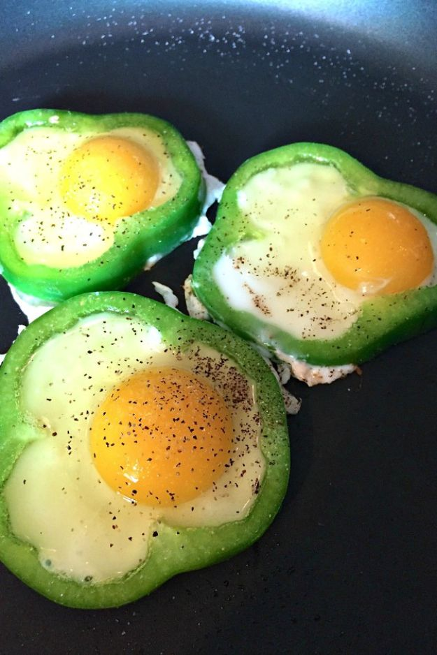 St Patrick's Day Food and Recipe Ideas - Fried Eggs in Green Pepper - DIY St. Patrick's Day Party Recipes for Dinner, Desserts, Cookies, Cakes, Snacks, Dips and Drinks - Green Shamrocks, Leprechauns and Cute Party Foods - Easy Appetizers and Healthy Treats for Adults and Kids To Make - Potluck, Crockpot, Traditional and Corned Beef http://diyjoy.com/st-patricks-day-recipes