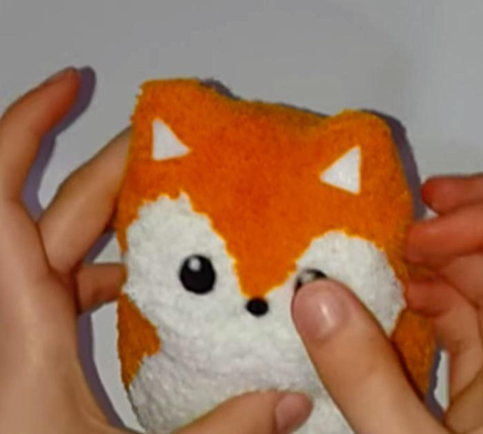 Leer om een goedkope, eenvoudige DIY Sock Fox te maken