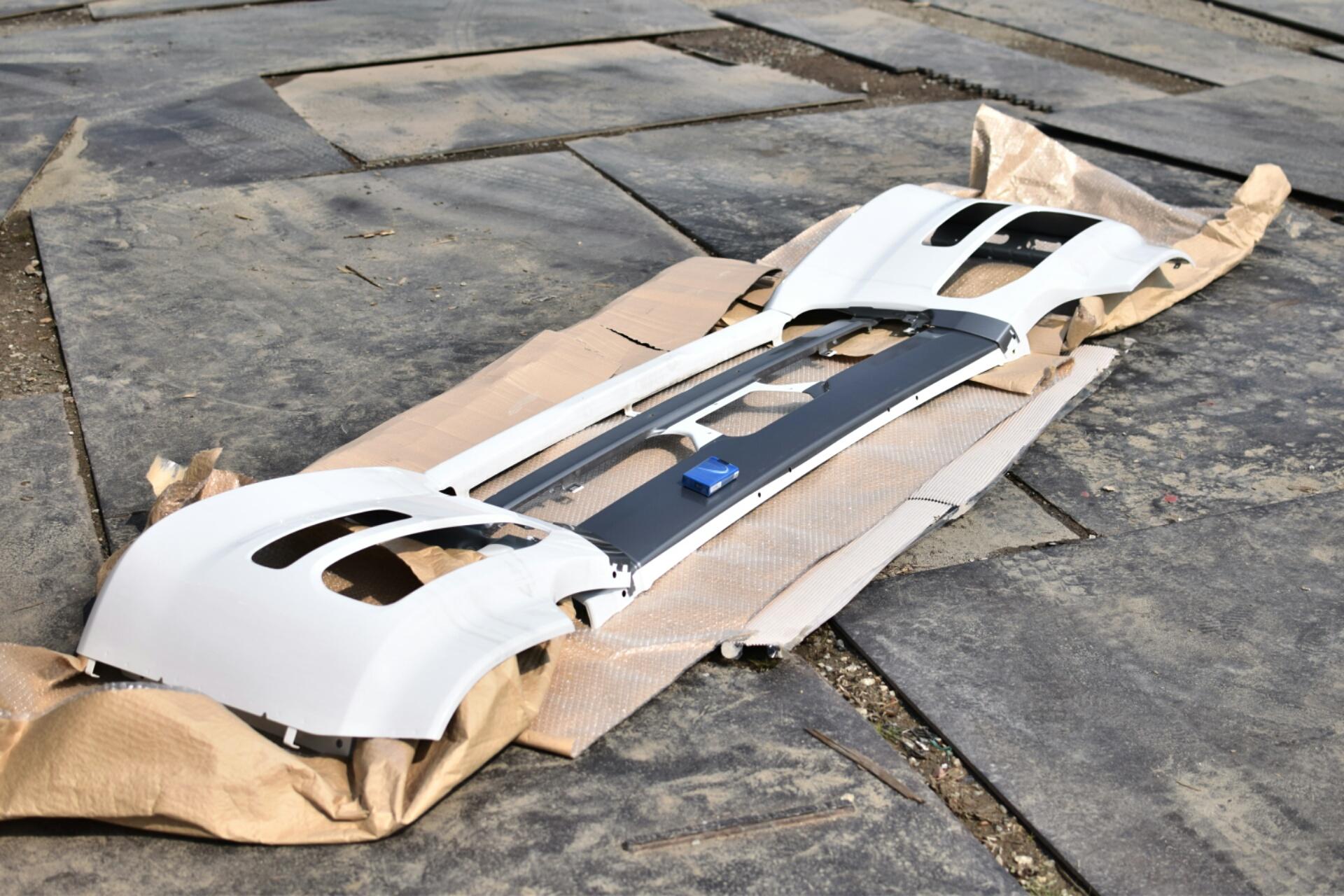 スモークレインボーラメフレーク 0.4mm、カスタムペイント前のバンパー