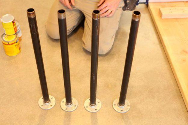 Agarre cuatro tubos y atornille una brida de piso en un lado | Tabla de la pierna de la pipa DIY | Planes de banco de trabajo y tutorial de muebles rústicos