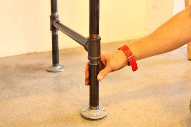 Nivelando la mesa | Tabla de la pierna de la pipa DIY | Planes de banco de trabajo y tutorial de muebles rústicos