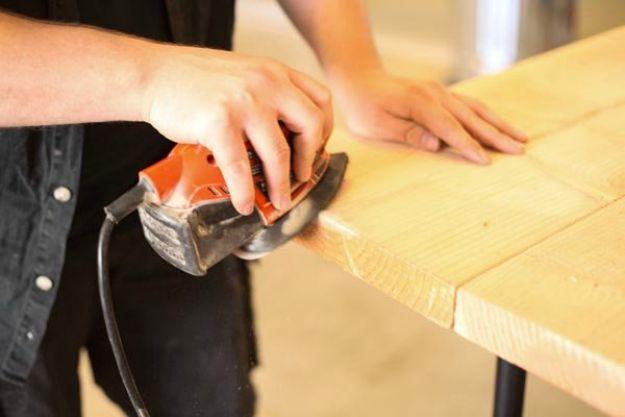 Lijado opcional | Tabla de la pierna de la pipa DIY | Planes de banco de trabajo y tutorial de muebles rústicos