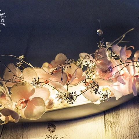 Dizajnová rozžiarená dekorácie v keramickej gondole.