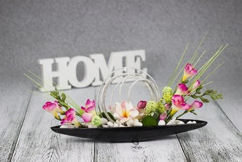 Dizajnová dekorácie s farebnými kvetmi