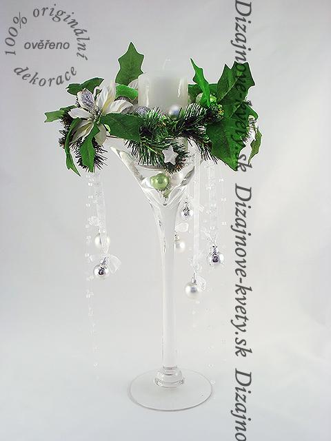 Svietnik v modernej sklenenej čaši.