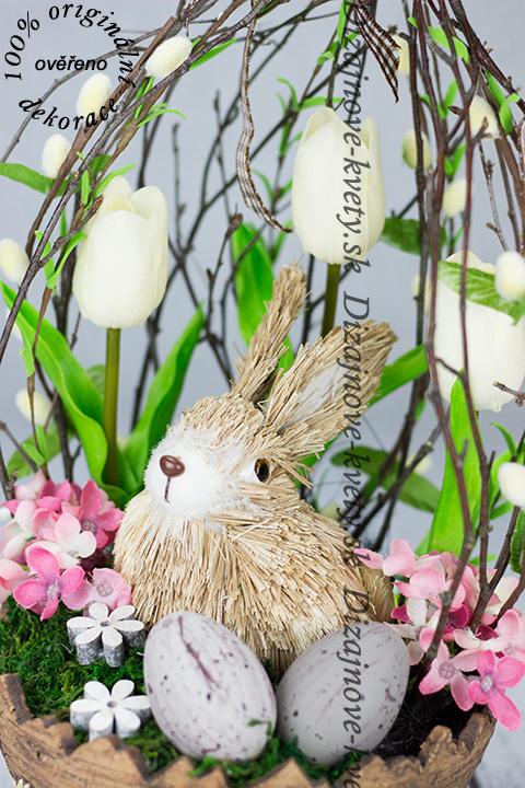 Krásna jarná dekorácia s veľkonočným zajačikom