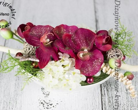 Vianočné orchidey v originálnej dekorácii.