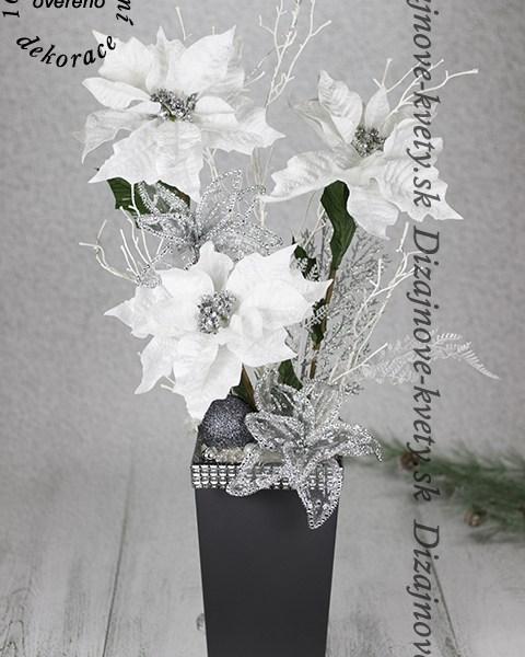 Vianočná dekorácie s bielymi ružami.