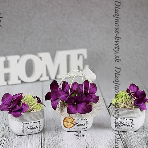 Ozdobná kombinácia troch nádobiek s kvetinami na stôl, alebo okno.