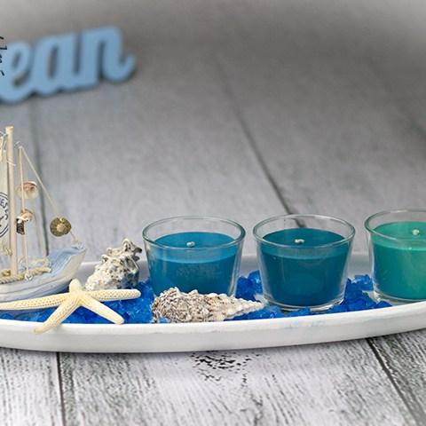 Modrý morský svietnik s troma farbami sviečok.