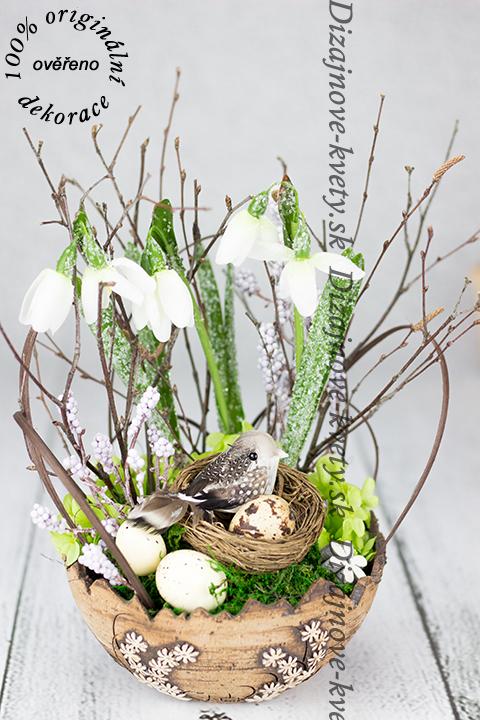 Luxusná jarná dekorácie s vtáčikom a vajíčkami
