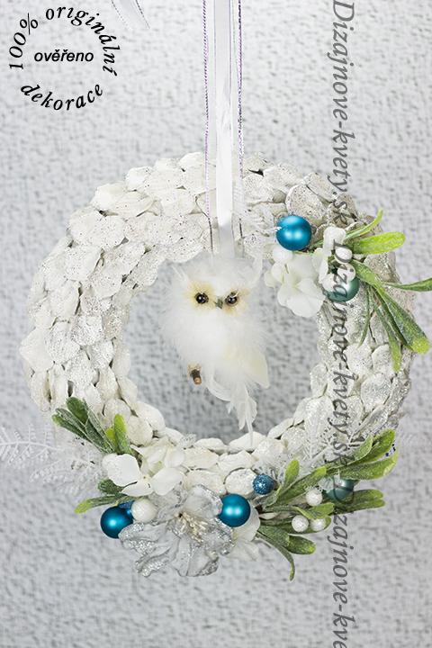 luxus vianoc v podobe závesného bieleho šiškového vence