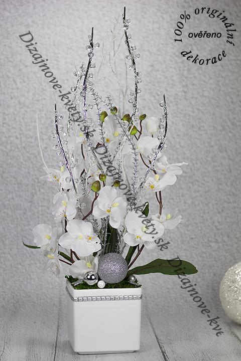 Vysoká kvetinová dekorácia rozsvieti izbu.
