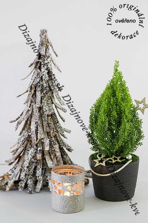 Luxusná dekorácie s vianočnými stromčekmi a svietnikom