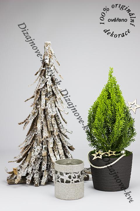 Vianočný stromček sa svietnikom ako luxusná vianočná dekorácie na stôl