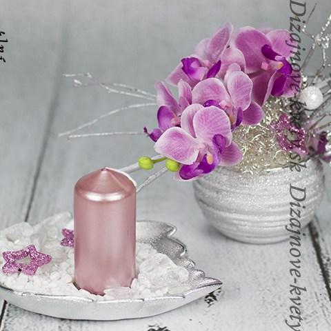 dizajnový svietnik v kombinácií s kvetinou.