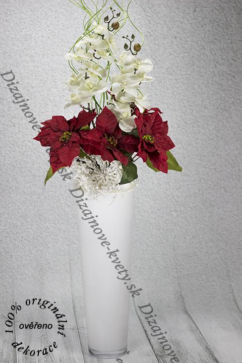 Vysoká luxusná vianočná dekorácie s vianočnými ružami orchideí s osvetlenou vázou a kvety