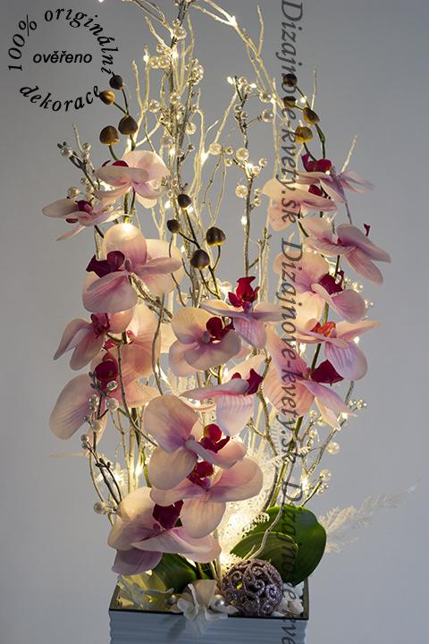 Vysoká zimná kvetinová väzba s hodvábnych orchideí pre vianoce 2018