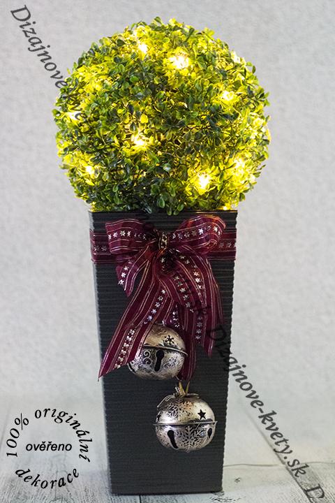 Krásna svietiace Vianočná LED dekorácia so zelenou buxusovou guľou.