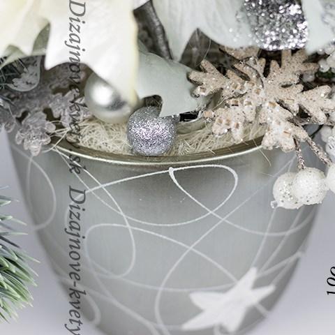 Moderná dizajnová dekorácie s vetvičkami borovíc a hviezdami