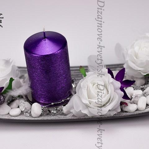 Luxusný svietnik na vianočný stôl s fialovou sviečkou