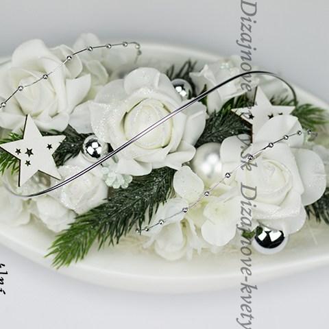 Vianočná dekorácie na sviatočný stôl s ružami