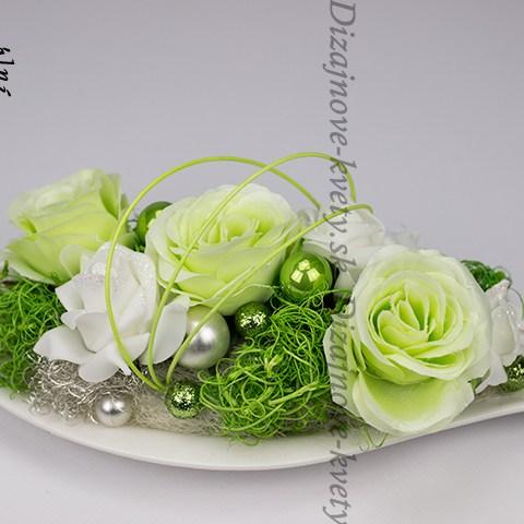 Vianočné kvetinové aranžmá na stôl so zelenými ružičkami na keramickom tácke