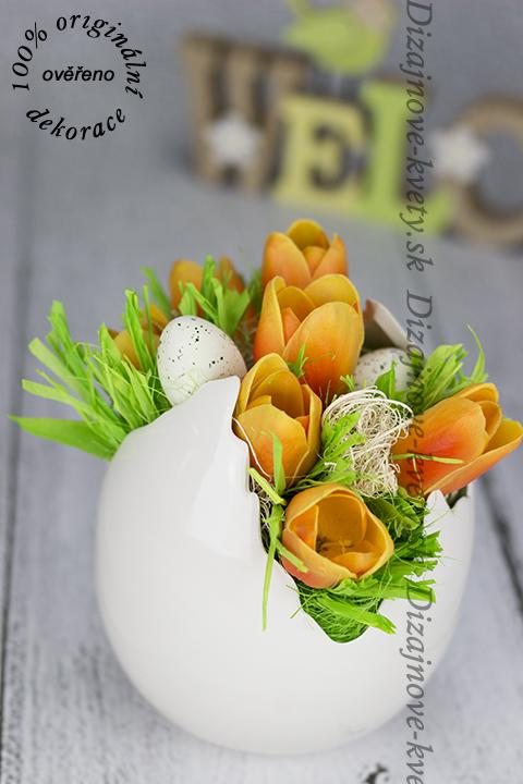 Moderná veľkonočná dekorácie s tulipány v škrupine