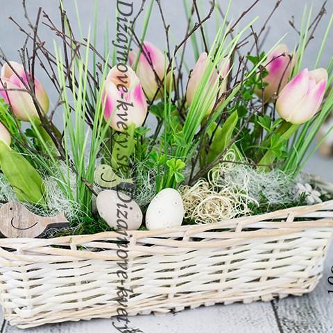 Moderný ozdobný dekoračný veľkonočný košík s tulipánmi