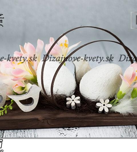 Dizajnová veľkonočná dekorácie s jarnými kvetmi