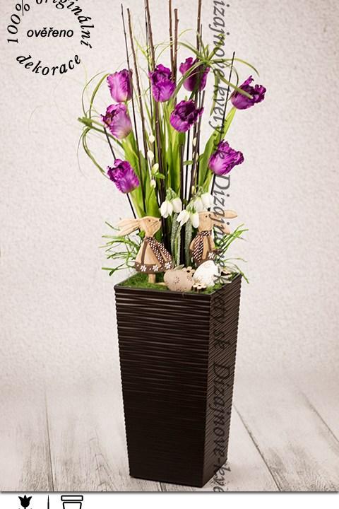 Luxusná veľkonočná dekorácie s fialovými tulipánmi