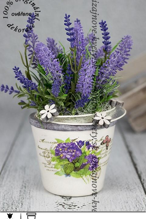 Moderná kvetina levanduľa v keramickom retro kvetináči