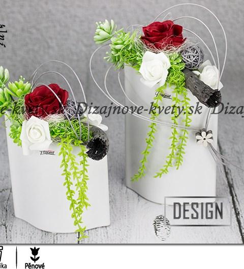 Moderná valentínska kvetinová dekorácia s ružami
