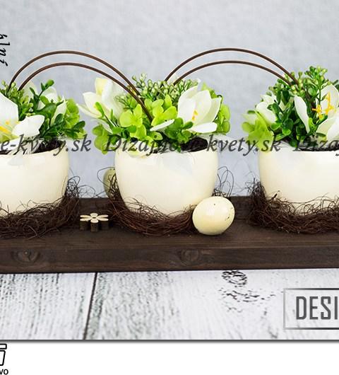 Dizajnová veľkonočná dekorácie na stôl s bielymi kvetmi