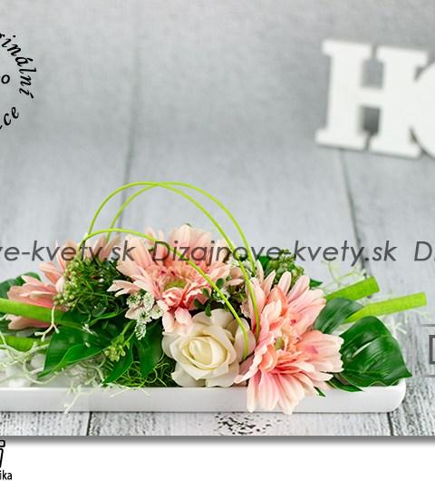 Dizajnová ikebana s ružovými gergerami na bielom keramickom tácke