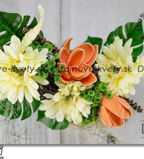 Originálne kvetinová dekorácia na drevenom designovom stojane
