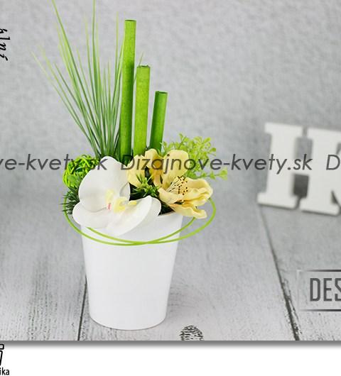 Moderná kvetinová dekorácia s orchideou v bielej keramike