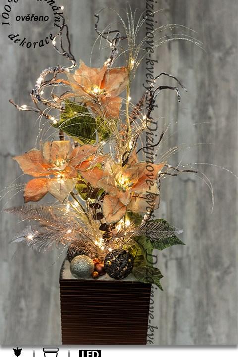 Krásna dekorácia s trvanlivou vianočnou ruží v zlatej farbe vianoc