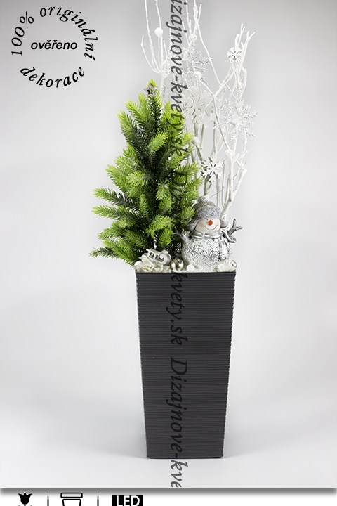 Moderný vianočný stromček s LED svetielkami a zimným aranžmá