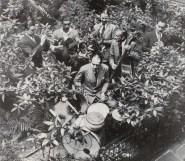 En 1942, dans les jardins du Hot Club de France, Aimé Barelli, Joseph Reinhardt, Pierre Fouad, Charles Hary, Jerry Mengo et Hubert Rostaing