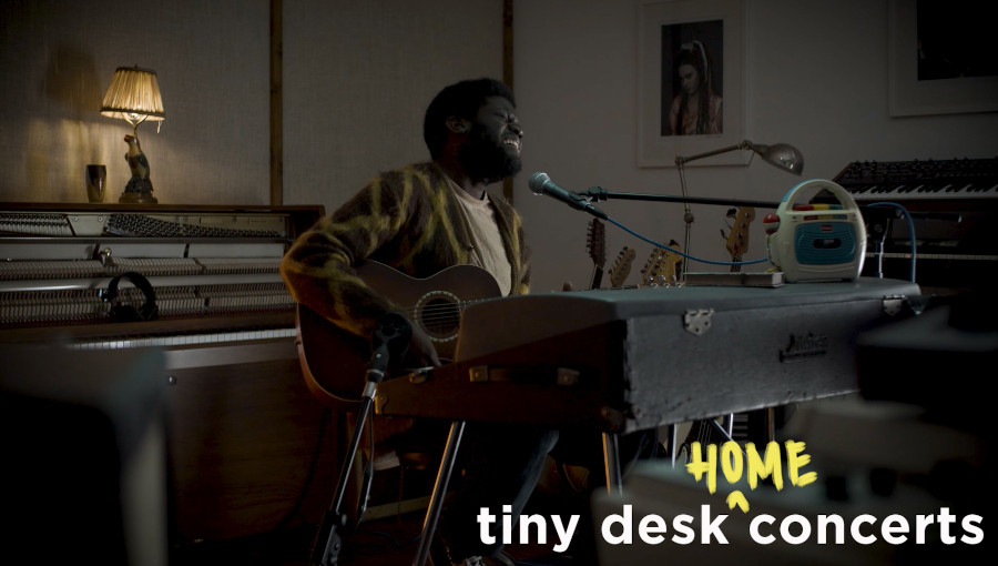 Michael Kiwanuka, Tiny Desk (Home) Concert, Home Concert, live, NPR, radio publique américaine, chanteur origine ougandaise, Light, Solid Ground, Cold Little Heart, Hero, folk, soul, intimiste
