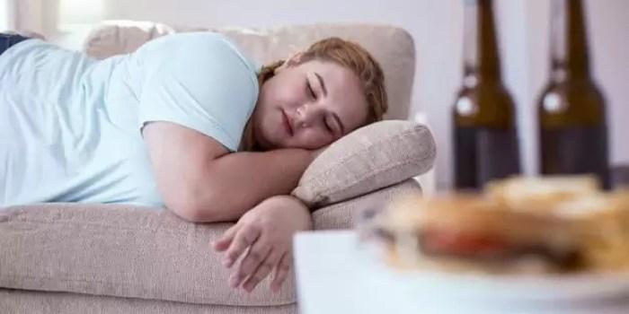 Tips Menghilangkan Lemak di Perut hindari makan sebelum tidur